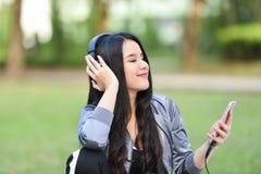 L'amour de Smartphones écoutent la musique Images stock