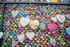 L'amour de valentines ferme à clef la tradition sur une barrière Photo libre de droits