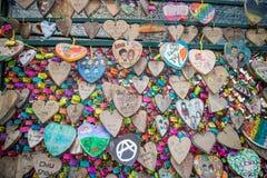 L'amour de valentines ferme à clef la tradition sur une barrière Image stock