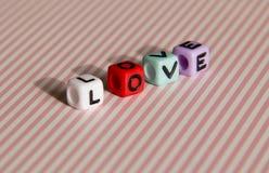 L'amour de Word est établi des cubes colorés Image libre de droits