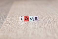 L'amour de Word est établi des cubes colorés Photographie stock