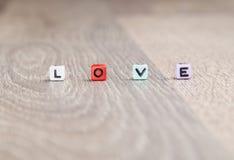 L'amour de Word est établi des cubes colorés Photo libre de droits