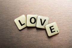 L'amour de Word sur des blocs de lettre a arrangé dans une courbe Photo libre de droits