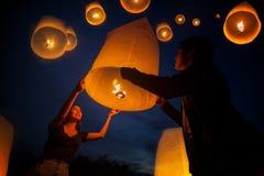 L'amour doux asiatique apprécient le festival de yeepeng dans Chiang Mai Images libres de droits