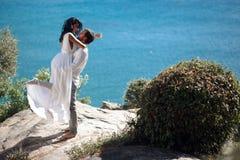 L'amour en air, couple beautyful embrancing, ont la lune de miel en Grèce, dans l'heure d'été, d'isolement sur un fond de mer photographie stock libre de droits