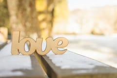 L'amour en bois se connectent le banc en bois extérieur Photos stock