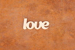 L'amour en bois se connectent le fond rouillé Photos stock