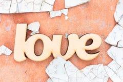 L'amour en bois se connectent le vieux mur Image stock