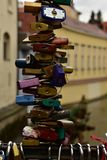 L'amour en gros plan padlocks sur le pont à Prague Photos libres de droits