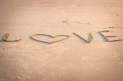 L'AMOUR est écrit à la main en sable Photographie stock