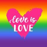 L'amour est amour Affiche inspirée de fierté gaie avec le drapeau de spectre d'arc-en-ciel, forme de coeur, lettrage de brosse Photo libre de droits
