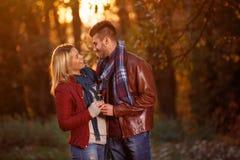 L'amour est couple heureux appréciant à temps au parc Images libres de droits