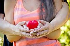L'amour est dans des vos mains - deux amants Photo stock