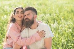 L'amour est dans le ciel Homme barbu d'étreinte sensuelle de femme Les couples affectueux apprécient le jour d'été ensemble Coupl Image libre de droits