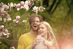 L'amour est dans le ciel la fille et le type, couple dans la magnolia d'amour au printemps fleurit Photos libres de droits