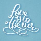 L'amour est dans le ciel lettrage Citation romantique manuscrite Jour heureux du `s de Valentine Vacances en février calligraphie Photo stock