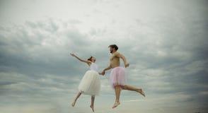 L'amour est dans le ciel Mains de prise de jeune femme et d'homme en ciel Couples dans la mouche d'amour en nuages légèreté du co Images libres de droits