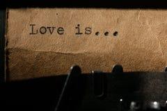 L'amour est, l'inscription sur une machine à écrire Photo stock