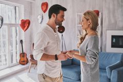 L'amour est le plus grand trésor Beaux jeunes couples tenant Han Photographie stock