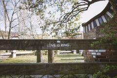 L'amour est le Roi Typo sur une barrière Photos stock