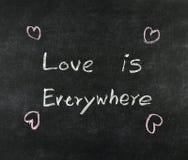 L'amour est partout sur le tableau noir Image stock