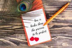 L'amour est plus bruyant que la pression d'être parfait Images stock