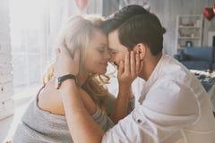 L'amour est plus que juste un jeu pour deux Beaux jeunes couples BO Photos stock