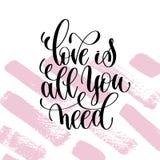 L'amour est tout que vous avez besoin de main écrite marquant avec des lettres la citation positive Photographie stock