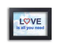 L'amour est tout que vous avez besoin du texte sur un cadre de fond de ciel Images stock