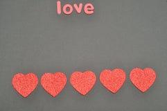 L'amour et les coeurs de mot sur un fond noir Image libre de droits