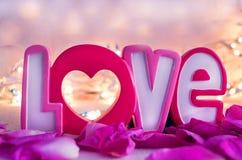 L'amour et les pétales de rose de mot Concept de jour de Valentines Photos libres de droits