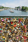 L'amour ferme à clef des Frances de Pont des Arts la Seine Paris Photo stock