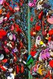 L'amour ferme à clef l'arbre à Moscou Russie Image stock