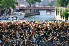 L'amour ferme à clef le détail de pont Images libres de droits