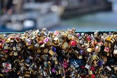 L'amour ferme à clef le détail 01 de pont Photographie stock libre de droits