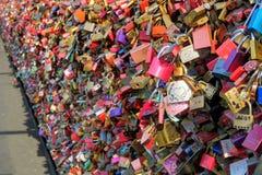 L'amour ferme à clef le pont de Hohenzollern d'onl de Detai Photo libre de droits