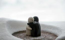 L'amour fond le concept de jour du ` s de Valentine de glace Les poupées de fille de F et d'un garçon s'étreint, se tenant sur la Images libres de droits