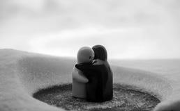 L'amour fond le concept de jour du ` s de Valentine de glace Les poupées de fille de F et d'un garçon s'étreint, se tenant sur la Images stock