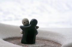 L'amour fond le concept de jour du ` s de Valentine de glace Les poupées de fille de F et d'un garçon s'étreint, se tenant sur la Photographie stock libre de droits