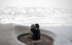 L'amour fond le concept de jour du ` s de Valentine de glace Les poupées de fille de F et d'un garçon s'étreint, se tenant sur la Photographie stock