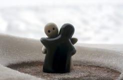 L'amour fond le concept de jour du ` s de Valentine de glace Les poupées de fille de F et d'un garçon s'étreint, se tenant sur la Photos stock