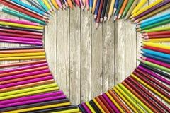 L'amour formé par crayons de couleur se connectent la table Photo stock