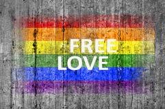 L'amour gratuit et le drapeau de LGBT peint sur le fond donnent au béton une consistance rugueuse gris Photographie stock libre de droits