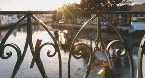 L'amour gravé ferme à clef accrocher sur un pont au-dessus d'une rivière Photo libre de droits