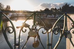 L'amour gravé ferme à clef accrocher sur un pont au-dessus d'une rivière Photographie stock
