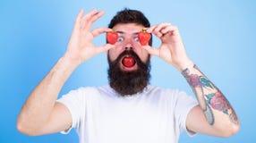 L'amour heureux barbu d'homme apprécient la fraise mûre rouge juteuse Tentation douce Bonheur de bonbon à baies Homme dans l'amou Photographie stock