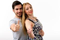 L'amour heureux de couples a excité le sourire tenant le pouce vers le haut du geste, beau Images stock