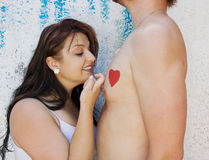 L'amour Joy Affection d'épouse de mari frappe sur le coeur de l'homme Photo libre de droits