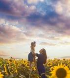 L'amour naturel entre le bébé et la maman Photographie stock libre de droits