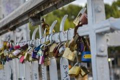 L'amour padlocks accrocher sur un pont dans des Frances de Paris Photos libres de droits